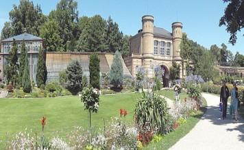 """""""Panorama Botanischer Garten Karlsruhe"""" von Pero.s - Eigenes Werk. Lizenziert unter CC BY-SA 3.0 über Wikimedia Commons."""