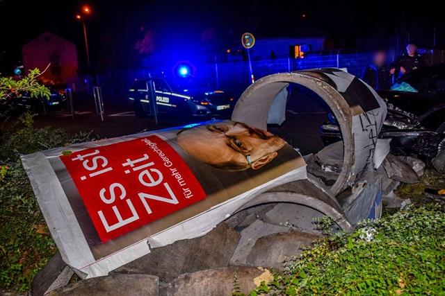heftiger crash in karlsruhe bmw fahrer rast frontal in litfa s ule totalschaden. Black Bedroom Furniture Sets. Home Design Ideas