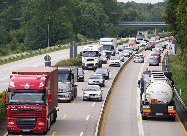 Kühlschrank Transport Auto : Auto nur knapp verfehlt unbekannte werfen kühlschrank von