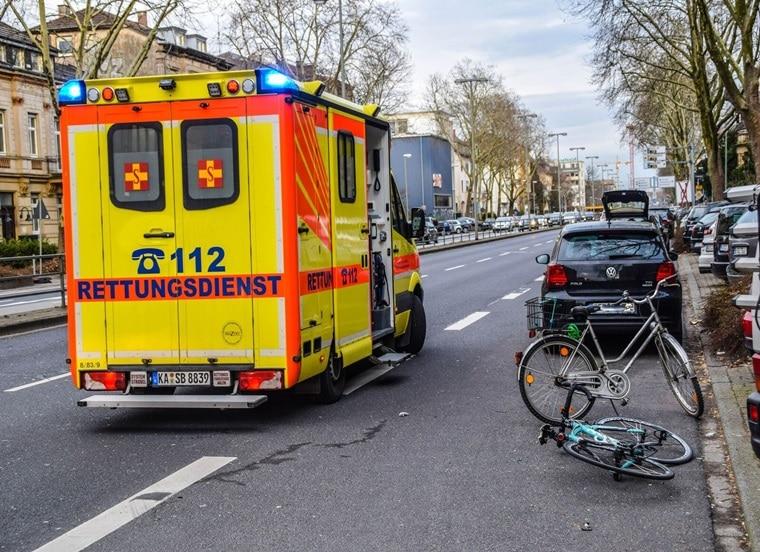 erste hilfe am unfallort auto erfasst fahrradfahrerin und verletzt diese schwer. Black Bedroom Furniture Sets. Home Design Ideas