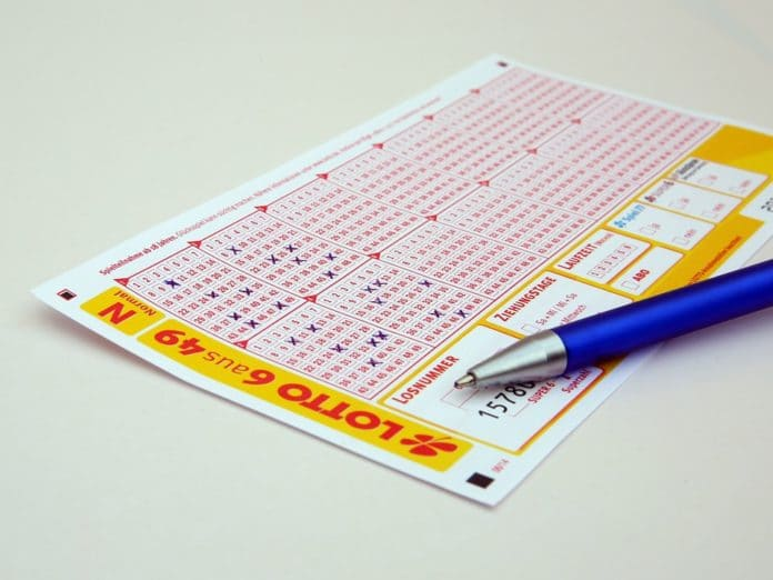 Deutscher Lottoschein mit einem blauen Kugelschreiber.