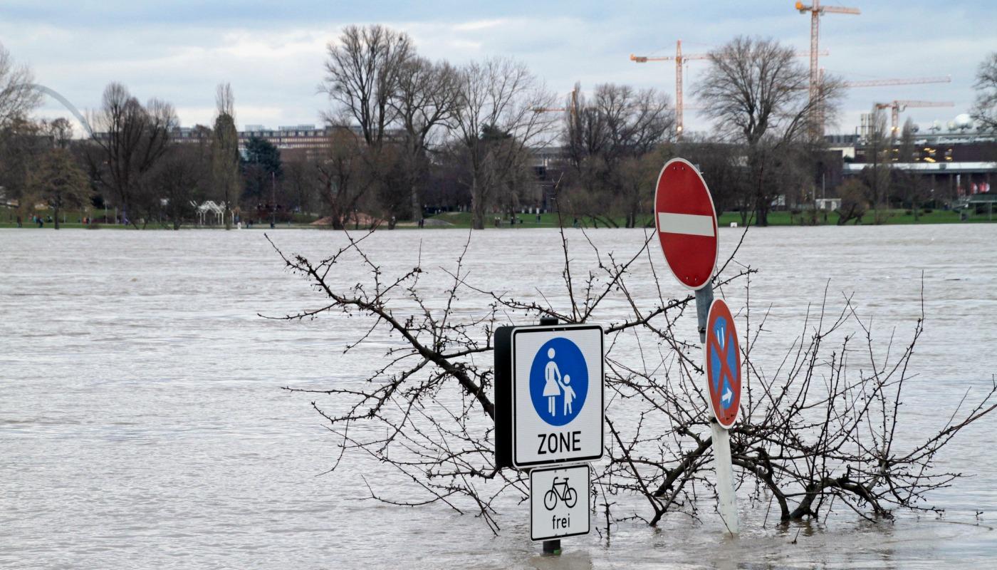 hochwasser alarm am rhein karlsruhe schifffahrt k nnte unterbrochen werden