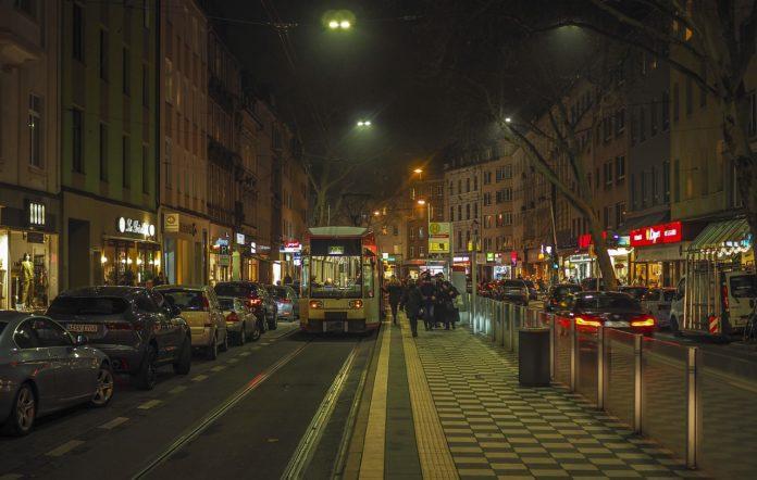 Haltestelle nachts mit Passagieren und Fahrgästen