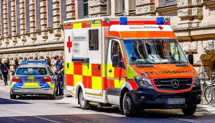 Krankenwagen und Polizei auf Straße in Deutschland im Einsatz
