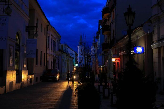 Innenstadt abends mit noch geöffneten Geschäften und Menschen