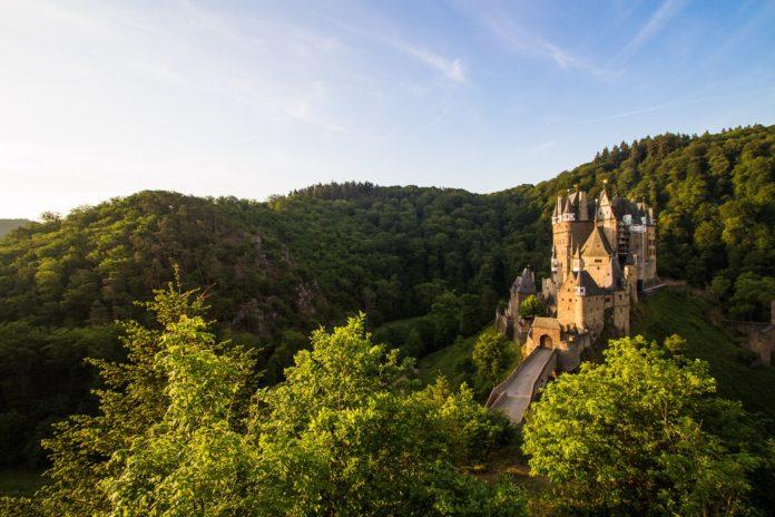 Burg auf einem Berg in Deutschland umgeben von Wald