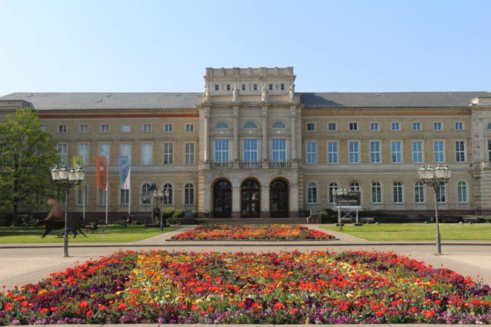 Der Friedrichsplatz mit dem Naturkundemuseum in Karlsruhe mit Bepflanzung