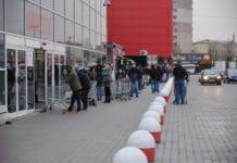 Lange Menschenschlange vor einem Supermarkt