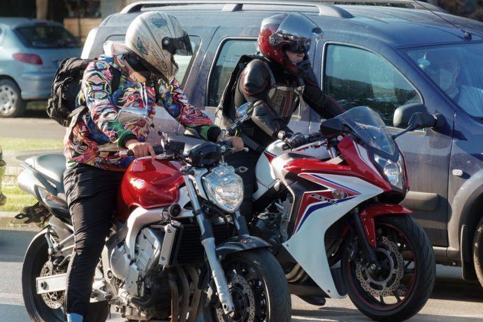 Biker auf ihrem Motorrad wollen auf Elektro umsteigen