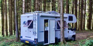 Ein Wohnmobil zum Campen steht im Wald