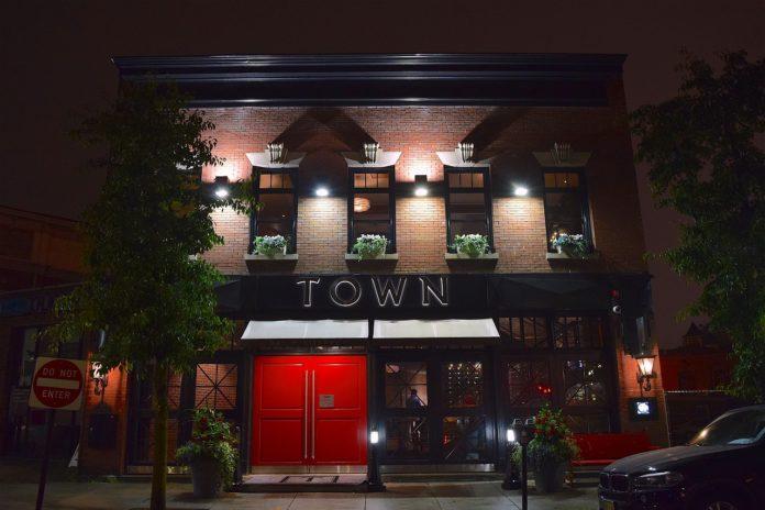 Gebäude einer Cocktailbar nachts auf einer Straße