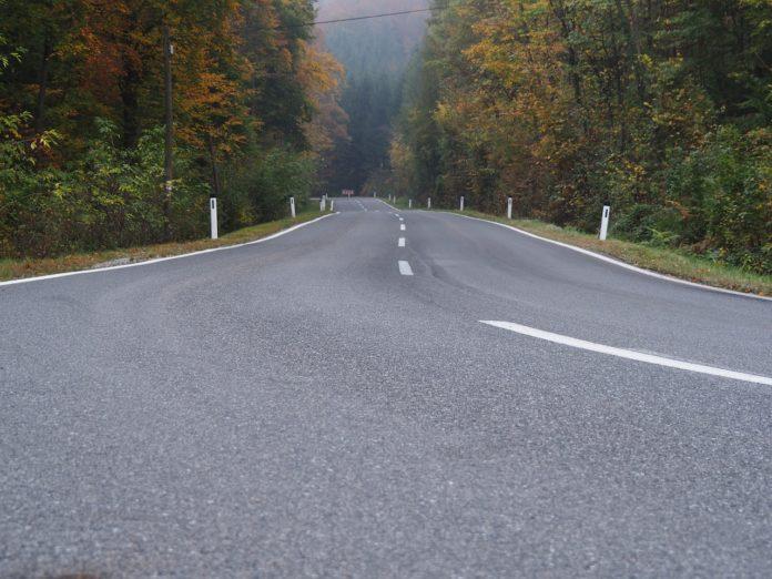 Eine Landstraße im Kreis Karlsruhe im Herbst