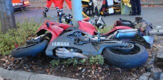 Unfall: Motorrad knallt gegen Laterne