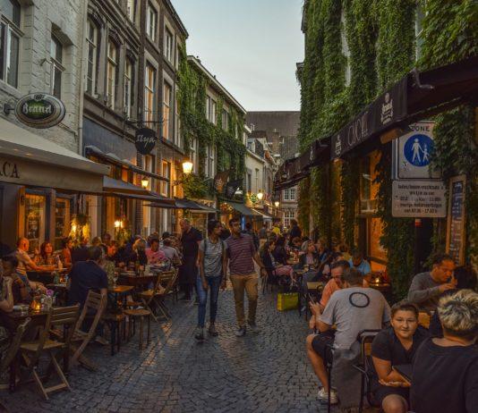 Geöffnete Cafes un Restaurants mit vielen Gästen