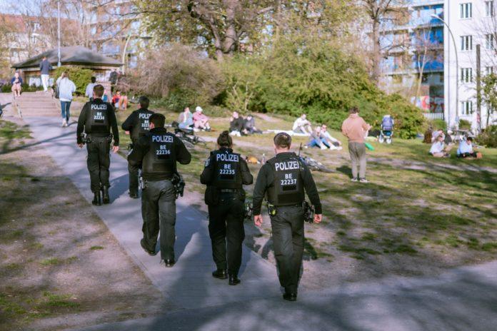 Corona-Kontrollen in einem Park vond er Polizei