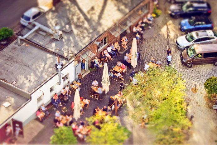Menschen frühstücken gemeinsam auf der Straße