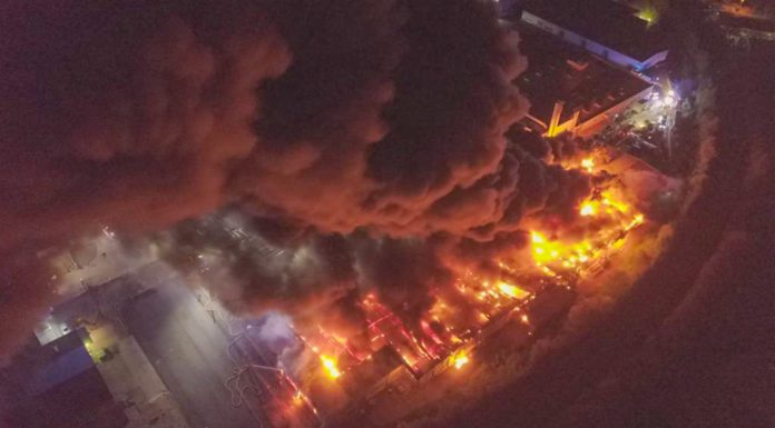 Rauchwolken bis nach Karlsruhe: flammen-Inferno in Bruchsal