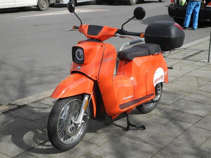 Schwalbe Roller auf der Straße