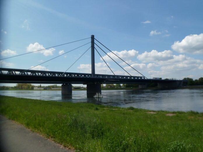 Die Rheinbrücke Karlsruhe