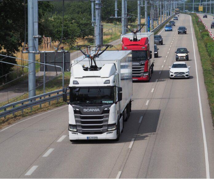 Teststrecke für Elektro-Lkw mit Oberleitung