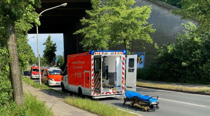 Rettung auf der Straße mit Krankenliege