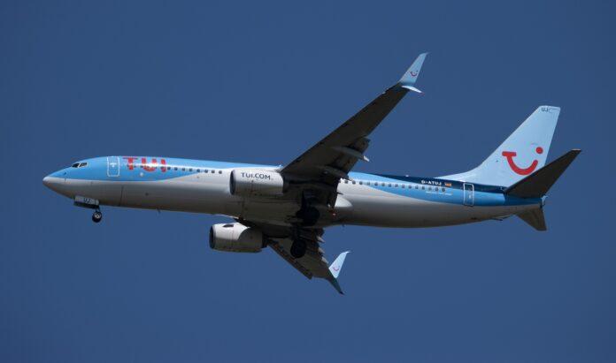Flugzeug von tui fliegt