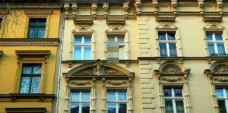Wohnhaus mit vielen Fenstern