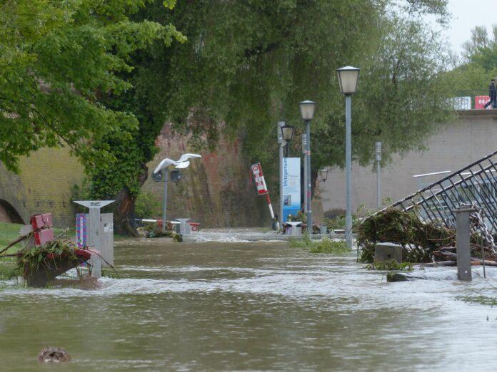 Straße überschwemmt durch Unwetter