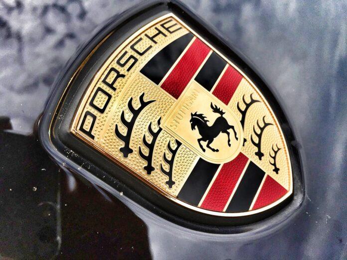 Porsche Symbol auf Motorhaube
