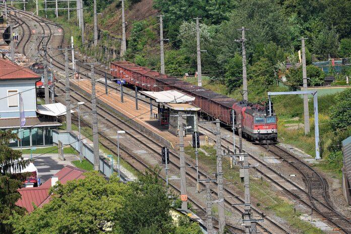 Zug-Haltestelle mit Gleisen