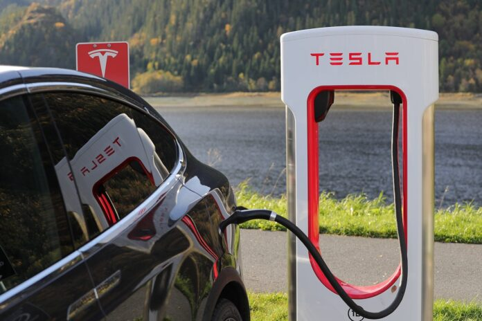 Tesla Elektroauto mit Ladestation
