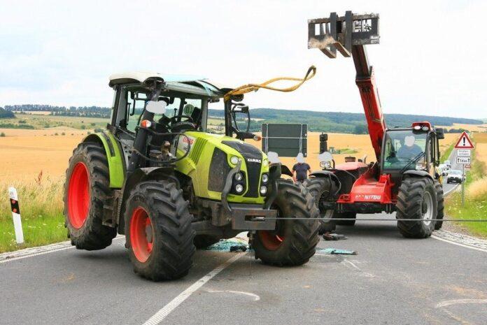 Traktor Unfall auf Landstraße