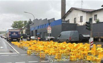 Getränkelaster verliert viele Kisten