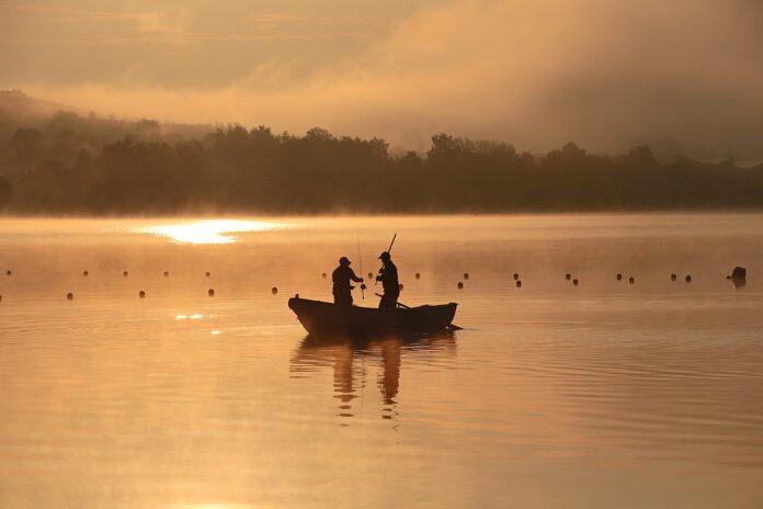 Angler am Fischen auf dem See
