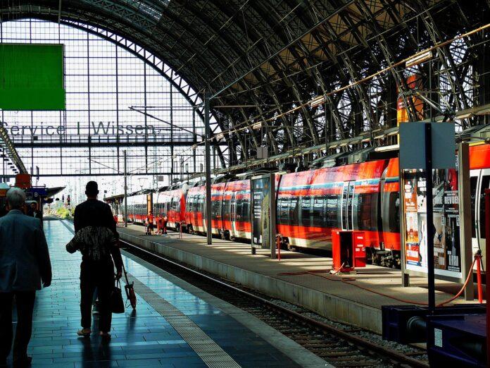 Hauptbahnhof mit Reisenden und Zügen