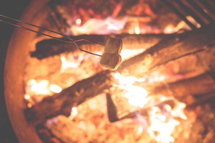 Marshmallows über Lagerfeuer im Ferienlager