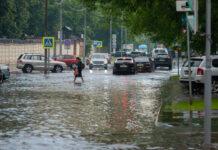 Straße überflutet mit Autos