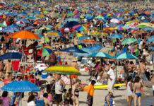 Befüllter Strand mit Badegästen