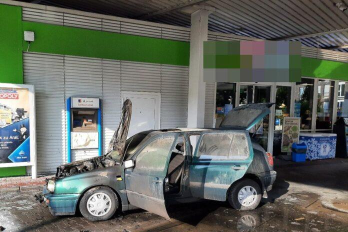 Auto rast in Supermarkt