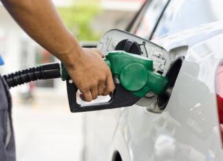Auto wird getankt an Tankstelle