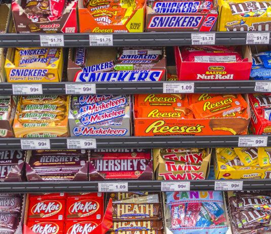 Süssigkeitenregal mit Mars, Snickers und mehr