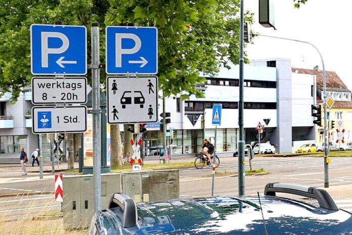 Parkplatz mit Verkehrsschildern