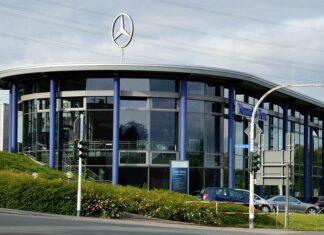 Daimlerhaus mit Mercedes