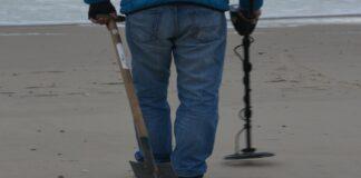 Person mit einem Metalldetektor