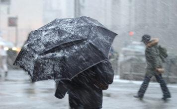 Kältewetter mit Regenschirm